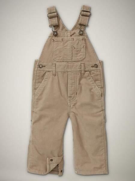 los pantalones con petos estan de moda tanto para chicos como para chicas